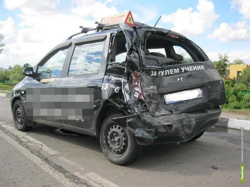 На выезде из Тамбова пассажирский автобус протаранил учебную машину
