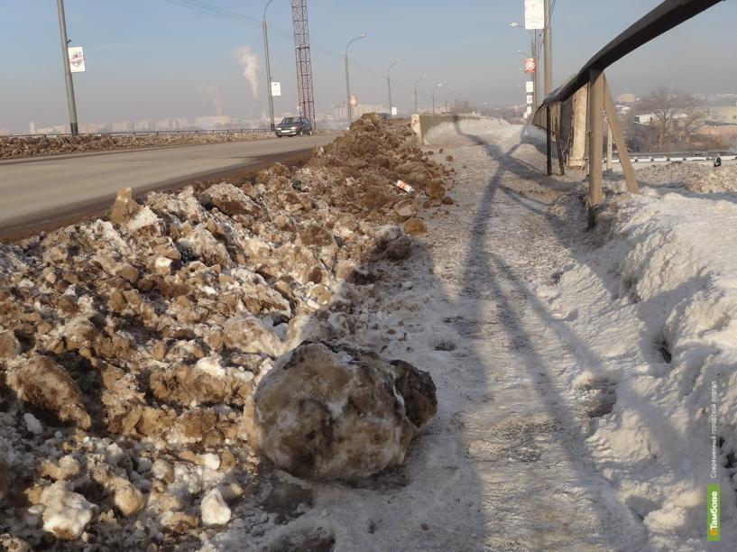 Тамбовчанам приходится ходить по снежным глыбам