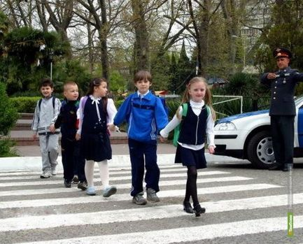 Полицейские будут водить школьников через дорогу