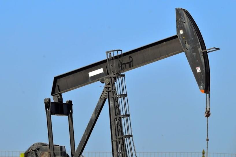 Назад к февралю: цена на нефть опустилась ниже 55 долларов