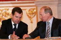 Путину и Медведеву стали меньше доверять