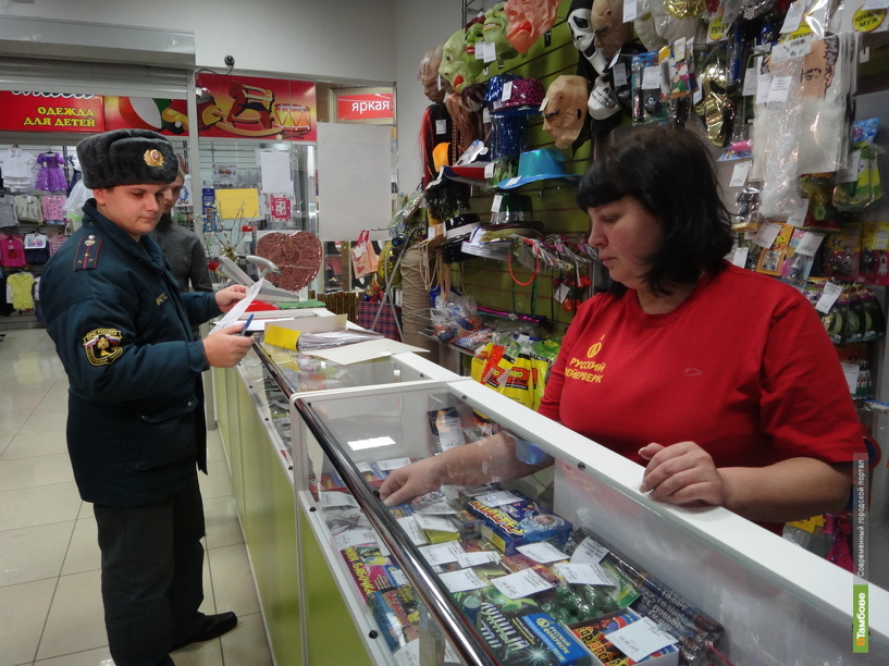 Сотрудники МЧС начали проверки торговцев пиротехникой