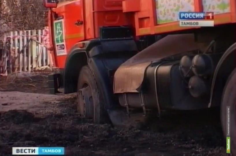 В центре Тамбова мусоровоз провалился под землю