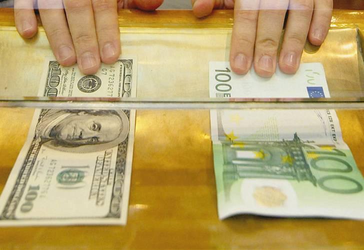 Официальные курсы евро и доллара серьезно провалились перед выходными