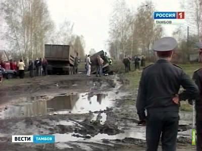 """Дорога под Тамбовом """"засосала"""" два грузовика"""