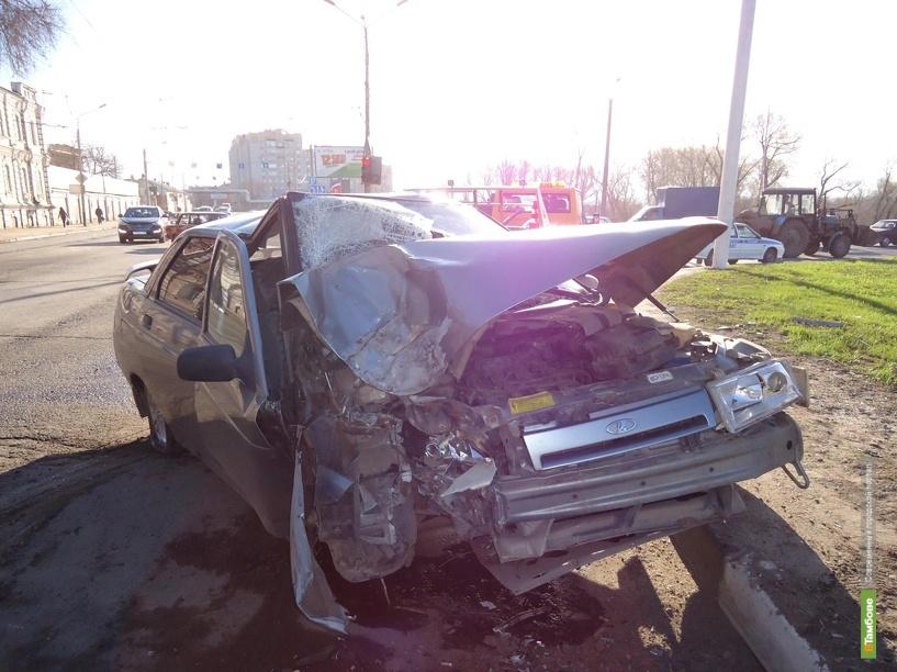 В Тамбове водитель врезался в световую опору, уснув за рулем