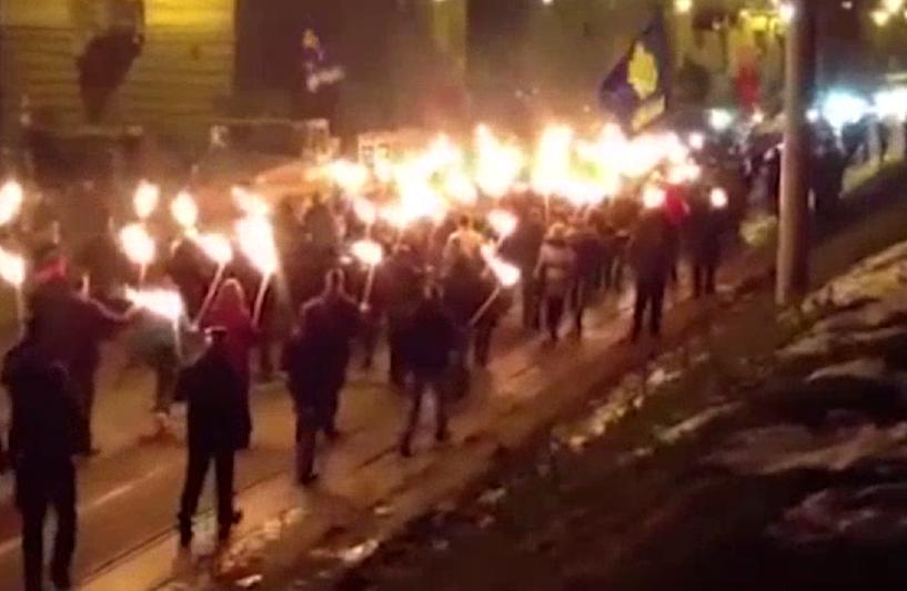 В Киеве участники факельного шествия напали на российских журналистов