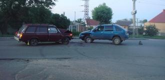 На улице Гагарина столкнулись два отечественных автомобиля