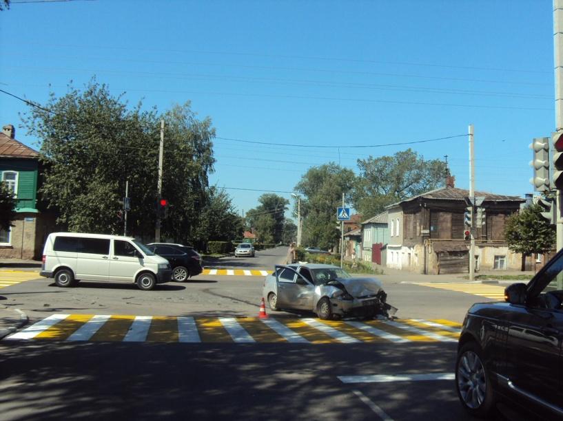 В Тамбове Opel Astra и Lada Priora не поделили перекрёсток