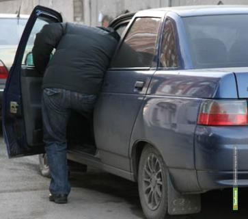 Из авто тамбовчанки украли 58 тысяч рублей