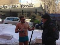 Мужчина в плавках устроил пикет у здания Гидрометцентра, требуя лето