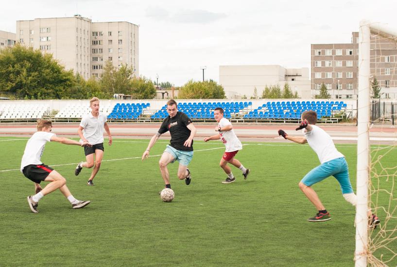 Скейтеры обыграли в футбол велосипедистов