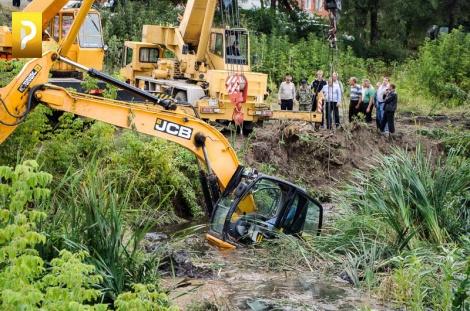 В реке Арженке утонул экскаватор