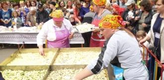 Гостей фестиваля «Кукарекино» угощали гигантской яичницей