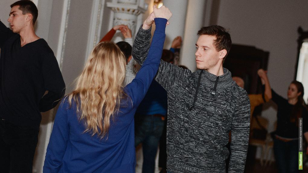 Научись танцевать! В Асеевском проходят мастер-классы перед новогодним балом