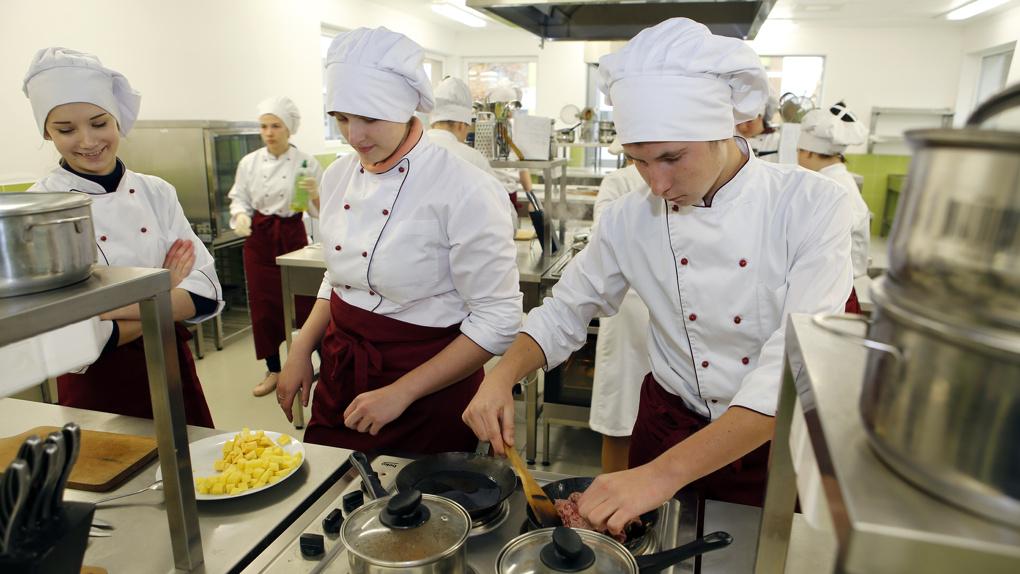 Получу диплом и пойду в повара: все больше россиян с высшим образованием работают не по специальности
