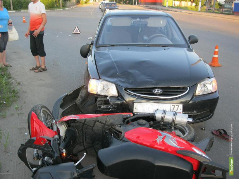 В Мичуринском районе иномарка сбила двух человек на скутере