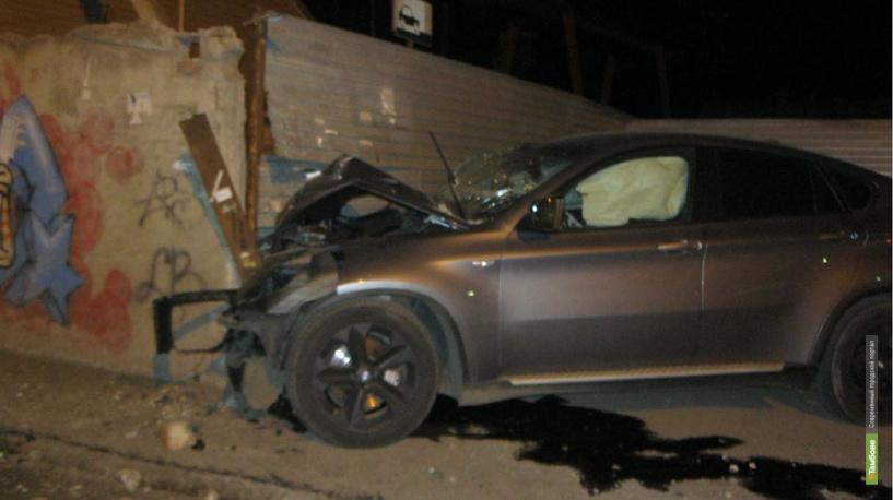 Юный тамбовчанин на BMW X6 въехал в забор