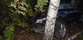 Mercedes-Benz въехал в дерево: водитель погиб