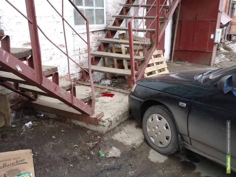 Припаркованный автомобиль наехал на человека