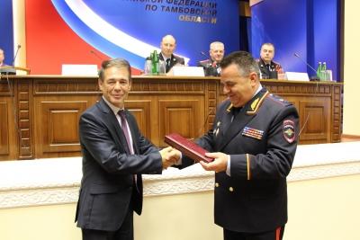 Главный полицейский области получил подарок за участие в призывной кампании
