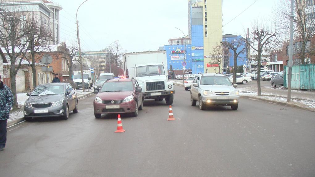 В центре Тамбова грузовик протаранил легковушку