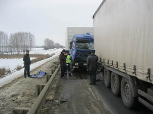 На тамбовской дороге Камаз помял грузовик, стоящий на обочине