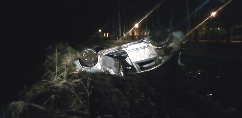 Водитель иномарки не справился с управлением: машина перевернулась