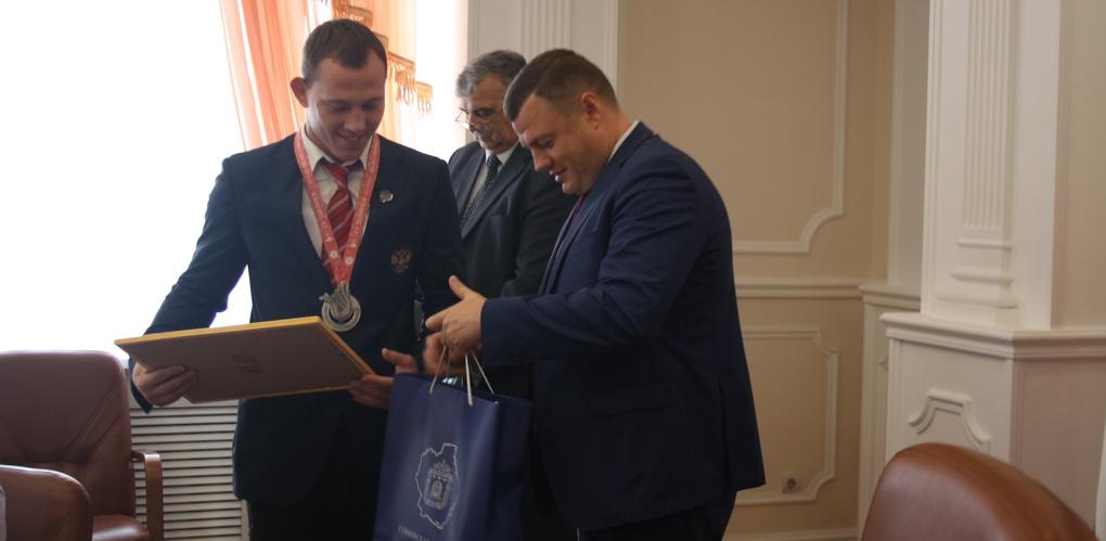 Серебряные призёры Сурдлимпийских игр получили денежную премию