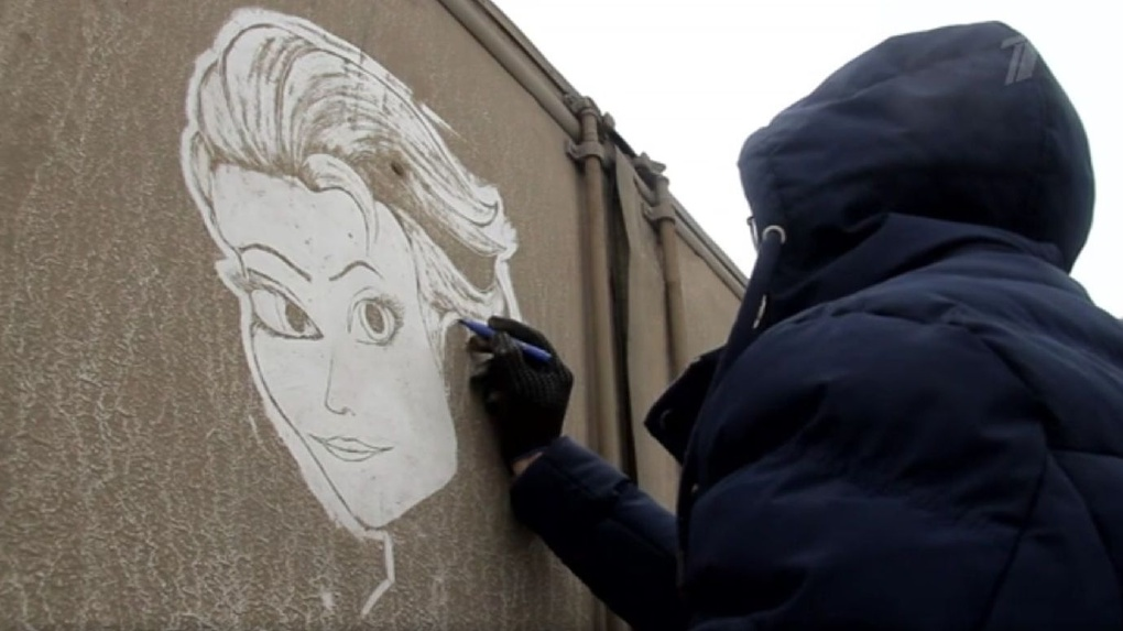 Тамбовчанин, рисовавший картины из грязи на фургоне, стал героем сюжета Первого канала