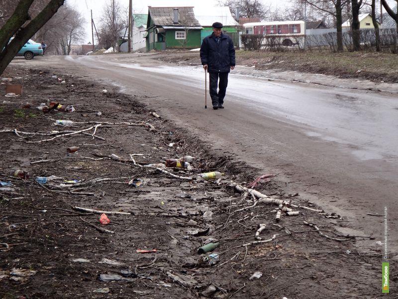 Одна из улиц Тамбова завалена мусором
