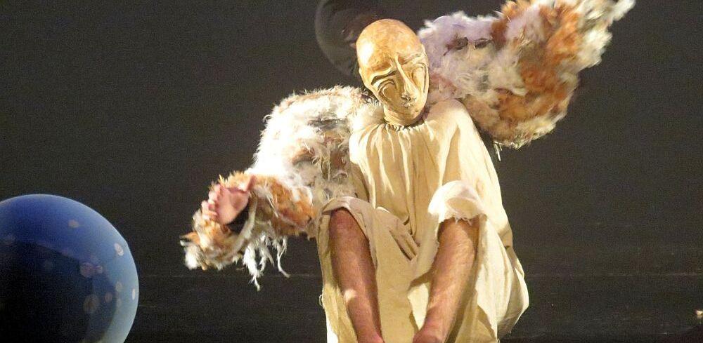 Молодёжный театр приглашает на премьеру спектакля «Человек с огромными крыльями»