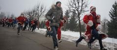 Тамбовские Деды Морозы и Снегурочки посоревновались в парке Победы