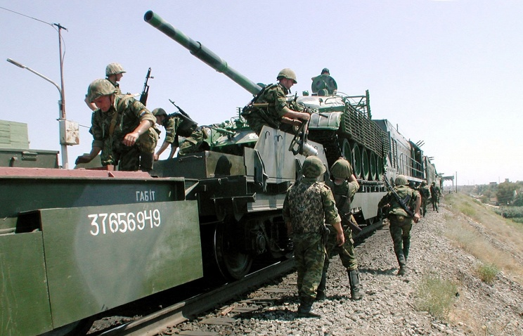 Военные железнодорожники в рамках проверки возводят мост через Енисей
