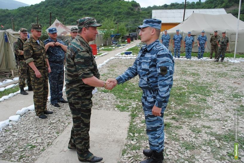 Гоман накормил и наградил тамбовских полицейских в Чечне