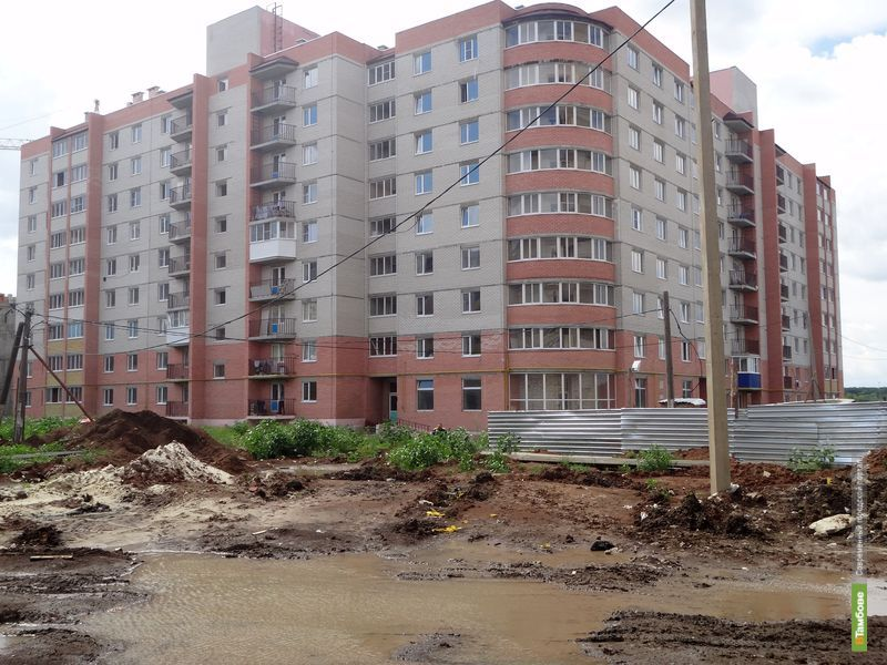 На севере Тамбова многоэтажку окружили грязь и лужи