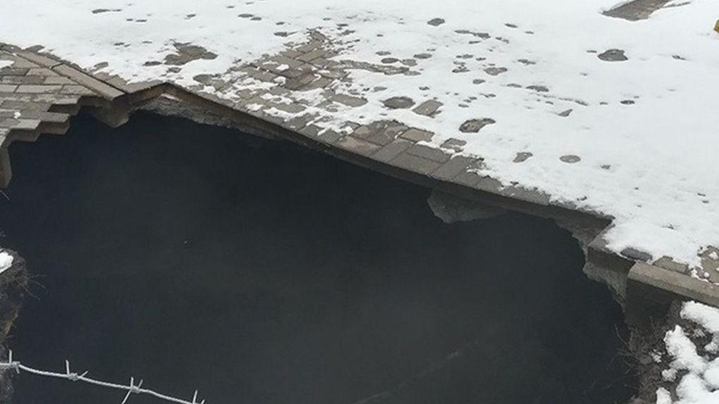 Коллектор на Набережной, ставший причиной огромной дыры на тротуаре, начали ремонтировать