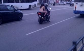 В Тамбове обнаженная девушка проехала по центральной улице на мотоцикле