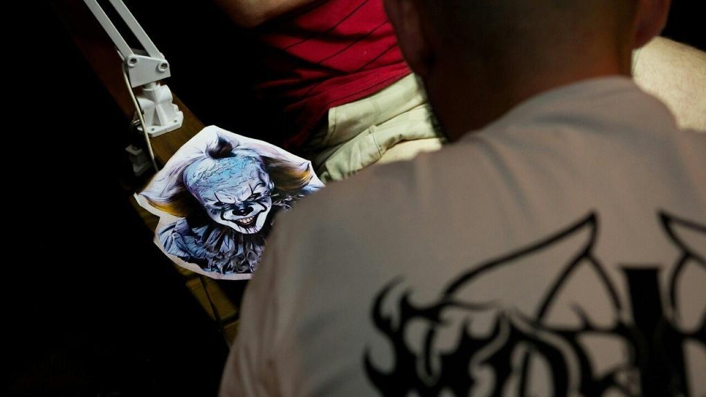Победитель тату-битвы на Фестивале татуировки в Тамбове набивал клоуна Пеннивайза из «ОНО»