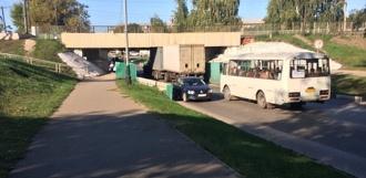 Поворот не туда: в Тамбове фура застряла под Елецким мостом