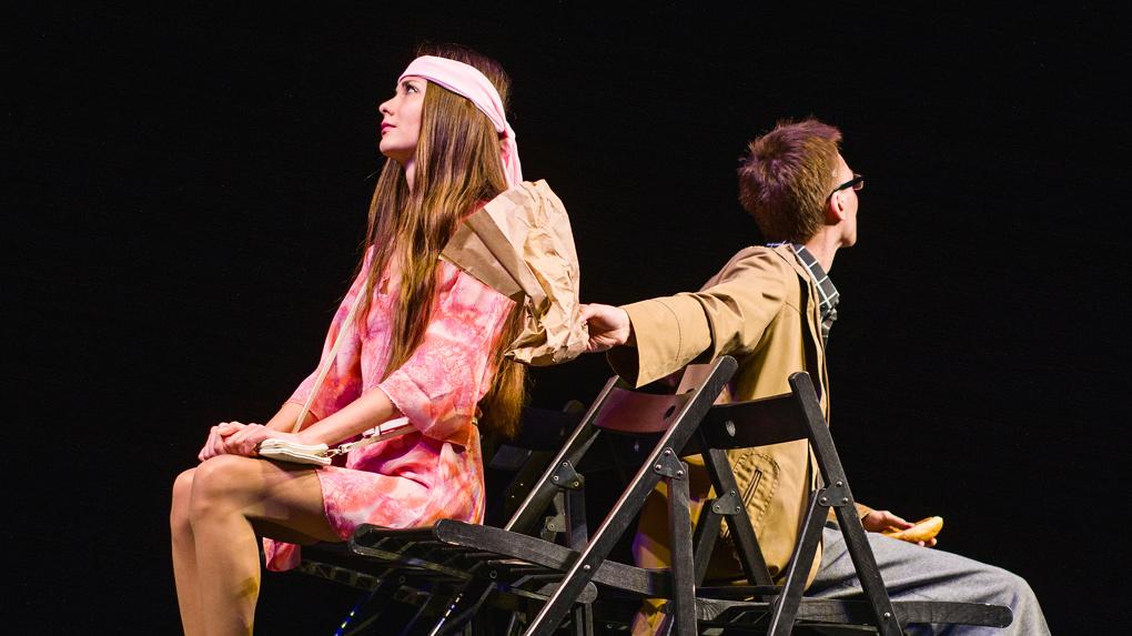 Спектакль «на шести стульях» привёз московский театр «Багаж»
