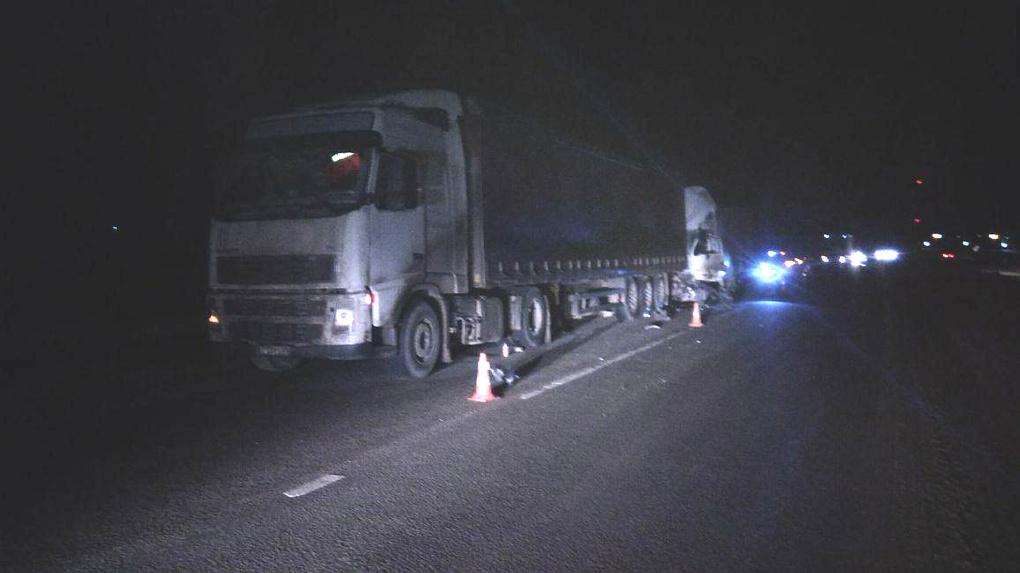Грузовик столкнулся с седельным тягачом, остановившимся на дороге из-за поломки: двое погибли