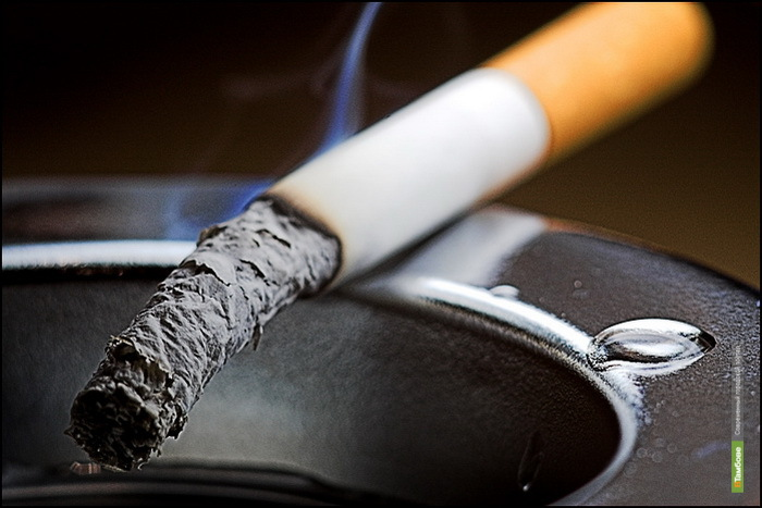 Двух уваровских учителей оштрафуют за курение у школы