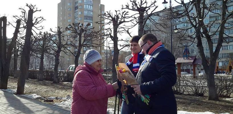 Команда губернатора поздравляла тамбовчанок с праздником прямо на улице