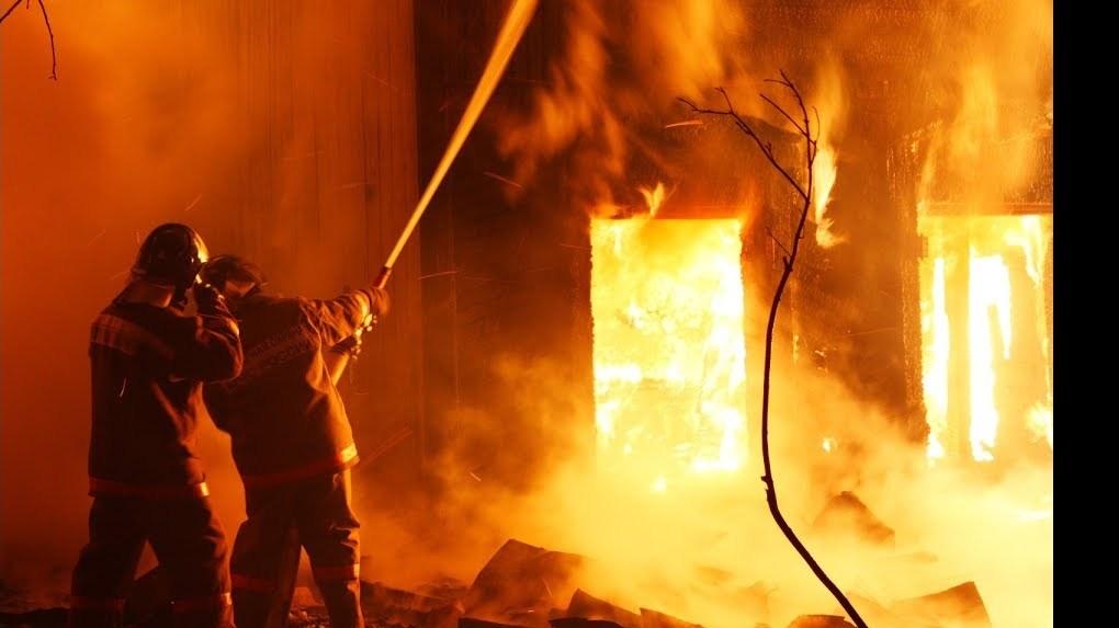 Этой ночью на юге Тамбова больше часа тушили пожар в жилом секторе