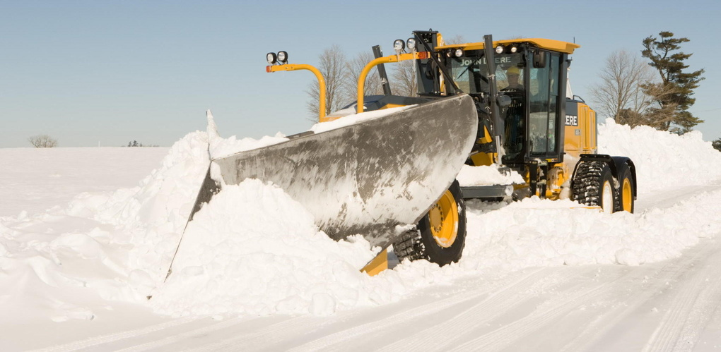 Последствия снегопада на трассах устраняют 65 единиц техники