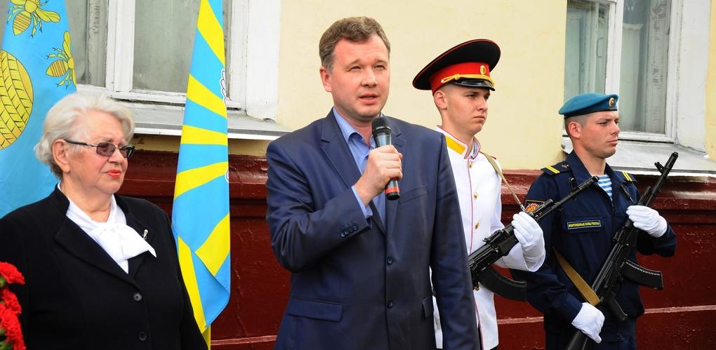 Мемориальную доску лётчику-испытателю Василию Колошенко открывали его дети