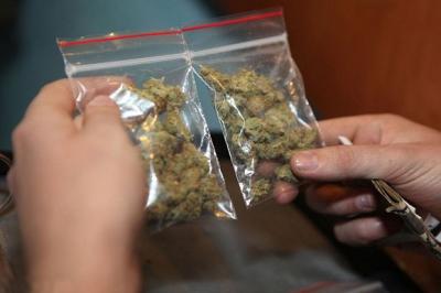 Наркополицейские задержали мужчину с марихуаной