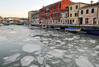 Трудно поверить: каналы в Венеции впервые за 80 лет замерзли