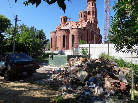 ВТамбове под церковной стеной за ночь выросла гора мусора